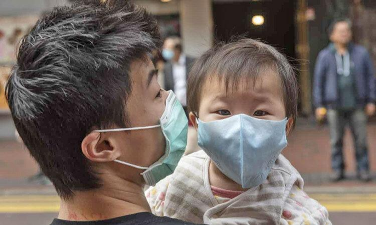 عکس ، مبارزه پدر و پسر هنگ کنگی با ویروس کرونا