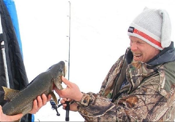 صید ماهی یخ زده در مسابقه ماهیگیری در کانادا